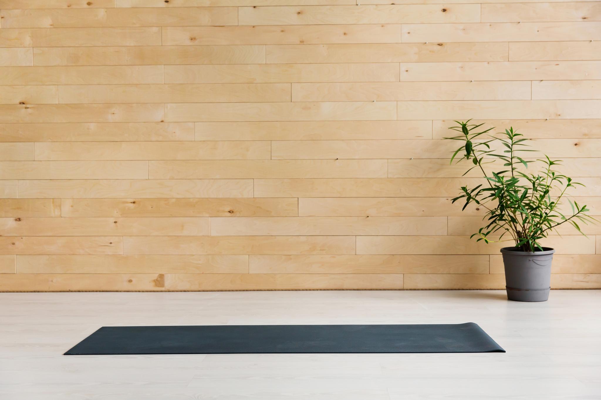 Yogamatte die am Boden liegt