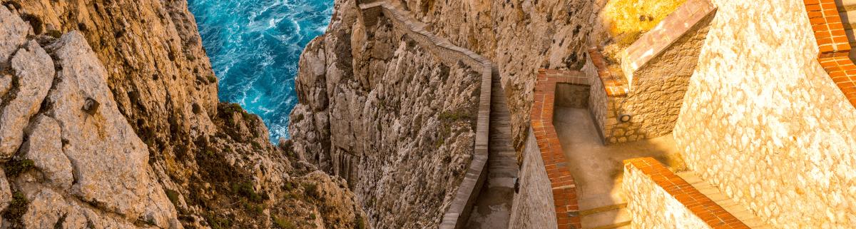 Treppe in den Felsen auf Sardinen