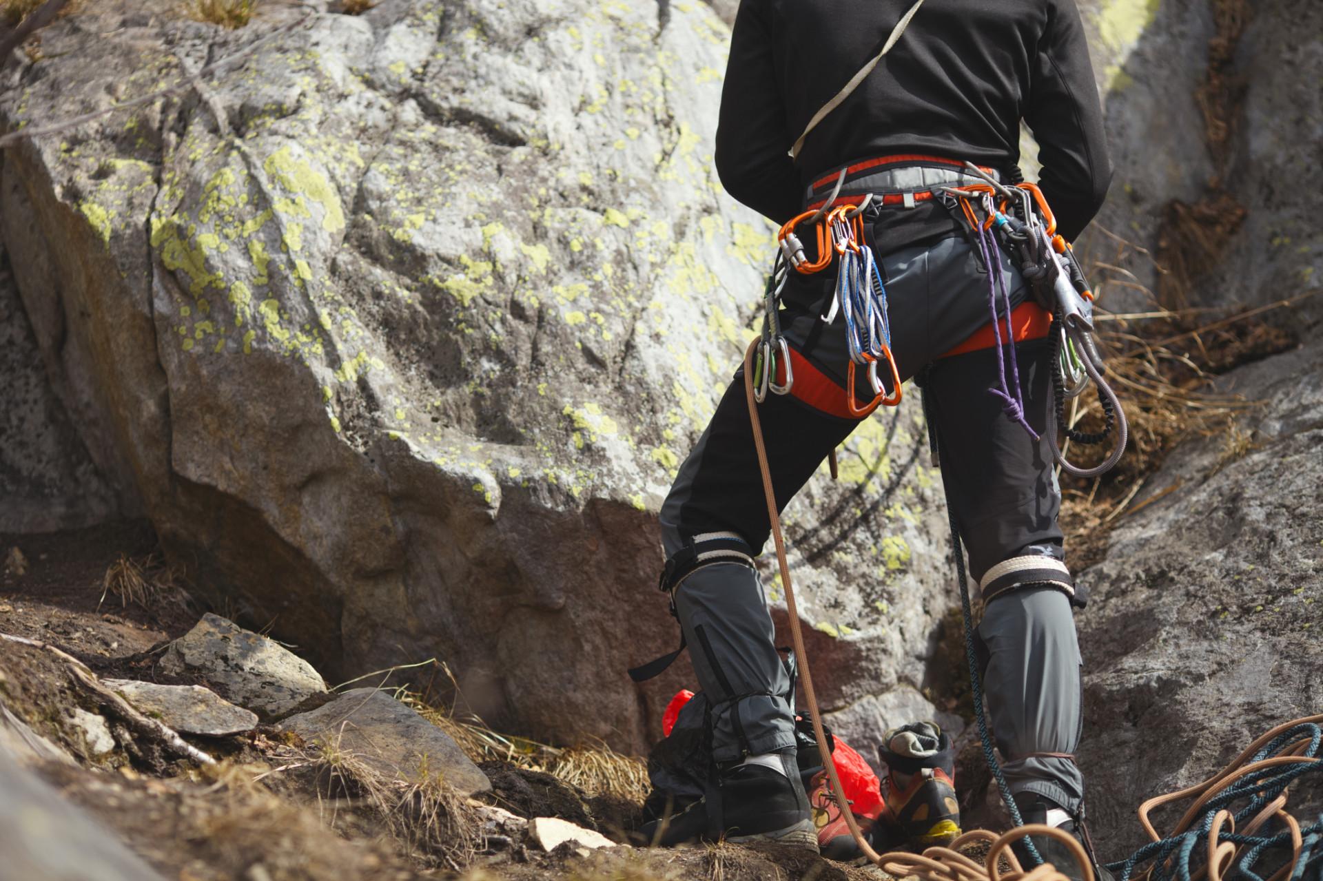 Kletterer mit Kletterseil und Ausrüstung