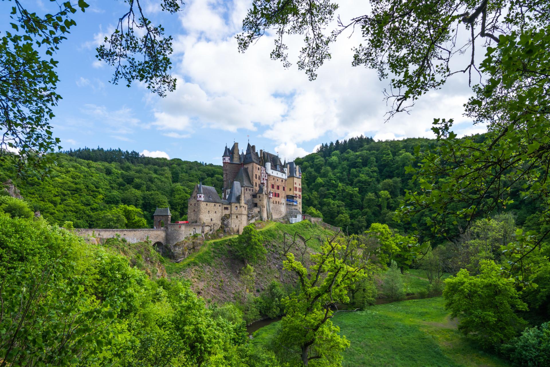 Burg Elz beim Wandern in der Eifel