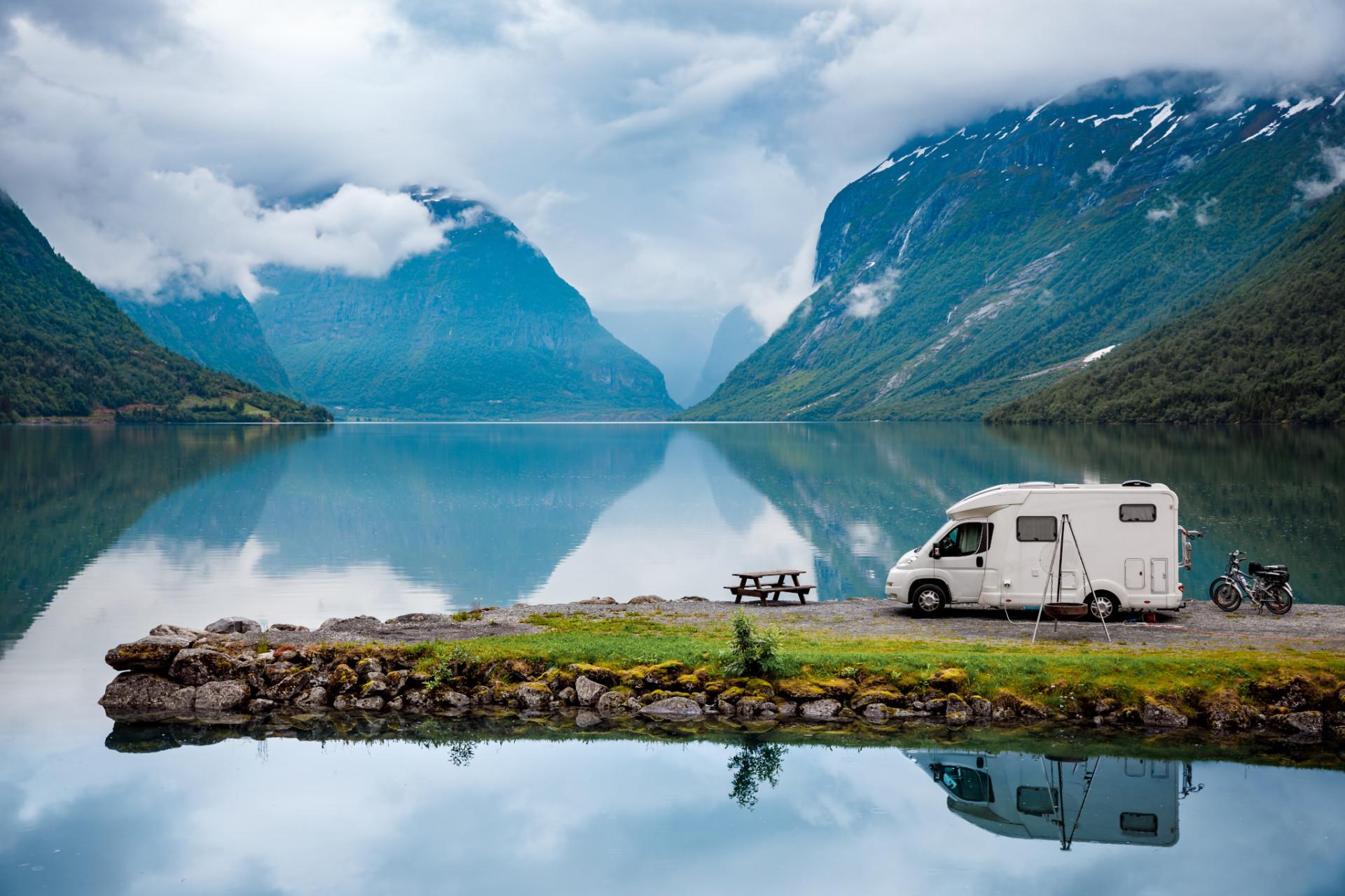 Norwegen Camper am See