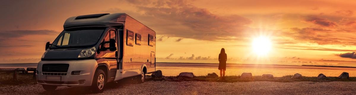 Wohnmobil mieten für Urlaub im Sonnenuntergang