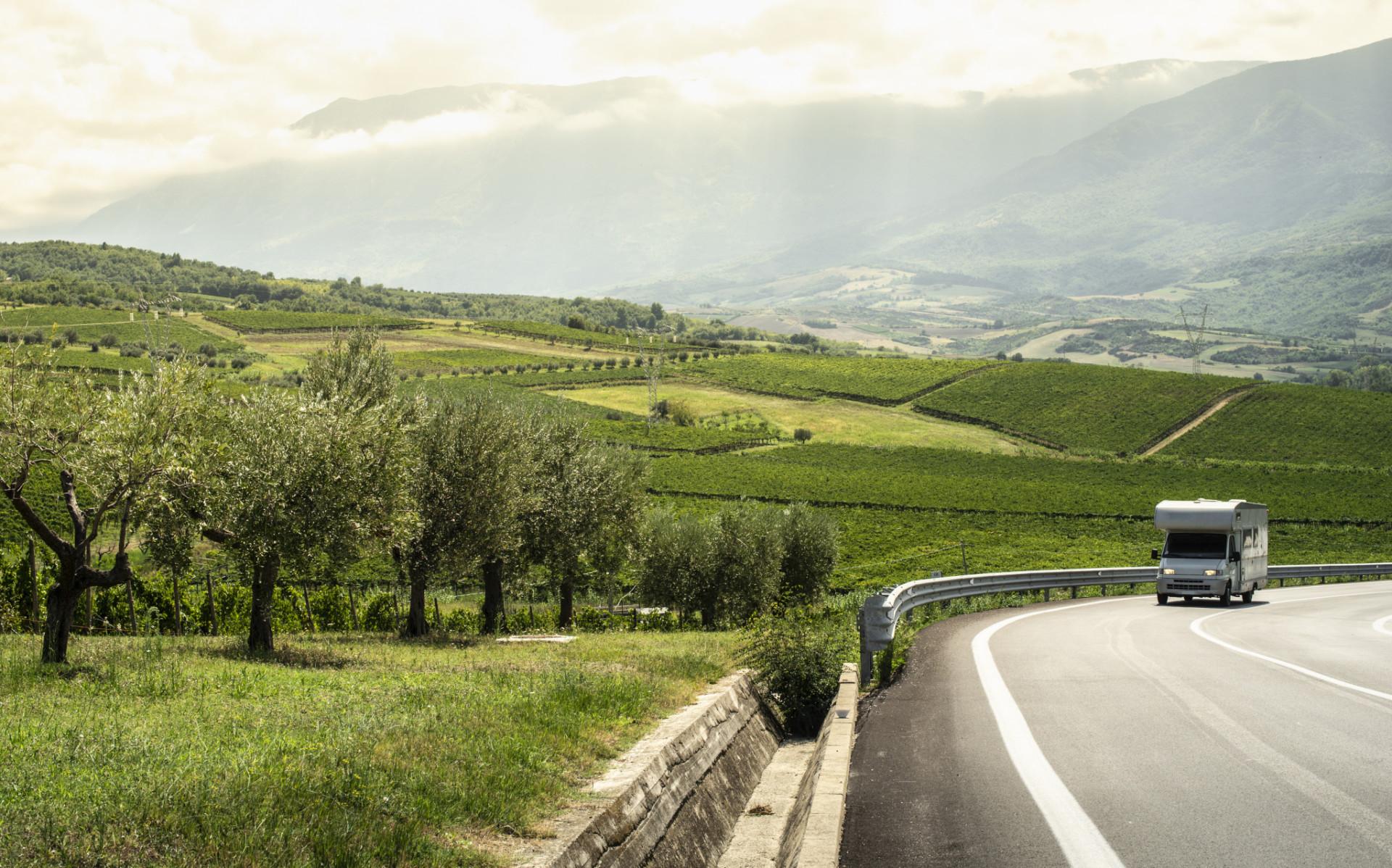 Mit dem Wohnmobil durch die Hügellandschaft der Toskana
