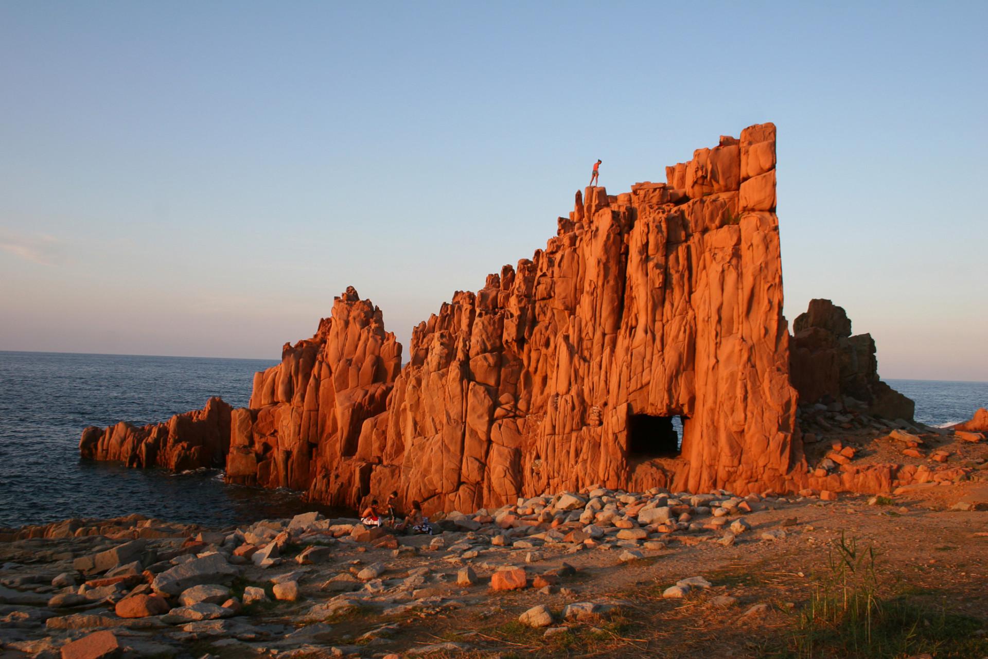 Rote Felsformation an der Küste Sardiniens